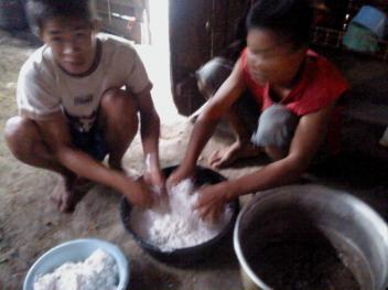 Work together to make bamboo rice